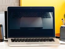 Macbook dotyka baru prezentaci Jhony Ive Pro film Zdjęcia Royalty Free