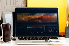 Macbook dotyka baru prezentaci wizerunku edytorstwa Pro macbook pro Zdjęcia Royalty Free