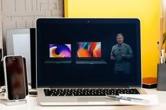 Macbook dotyka baru Pro prezentaci gamut szeroki ekran Zdjęcie Stock
