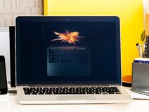 Macbook dotyka baru Pro prezentaci reklamowy laptop Zdjęcia Royalty Free