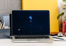Macbook dotyka baru Pro prezentaci Tim Kucbarska Salutuje widownia Zdjęcia Royalty Free