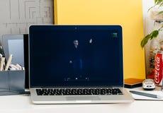 Macbook dotyka baru Pro prezentaci Tim Kucbarska Salutuje widownia Obraz Royalty Free