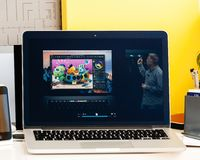 Macbook dotyka baru Pro prezentacja oled i oprogramowanie Zdjęcia Stock