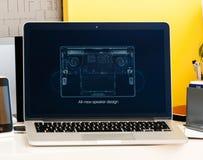Macbook dotyka baru Pro prezentacja wszystkie nowy głośnikowy projekt Obraz Stock