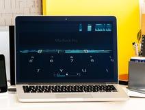 Macbook dotyka baru Pro prezentacja z Emoji, skrótami, etc Zdjęcie Stock