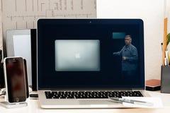 Macbook dotyka baru Pro prezentacja z Philip Schiller Zdjęcia Royalty Free