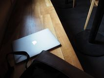 Macbook-Laptop, cumputer auf der Bank Stockfoto