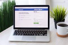 MacBook Pro με την κοινωνική υπηρεσία Facebook δικτύωσης στους βράχους σε λόφο Στοκ φωτογραφία με δικαίωμα ελεύθερης χρήσης