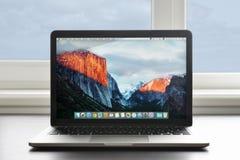 Macbook pro con con l'esposizione della retina Fotografia Stock Libera da Diritti