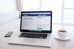 MacBook Pro siatkówka z Facebook stroną domową na parawanowych stojakach obraz stock