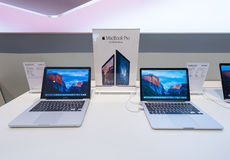 MacBooks Pro przy Suria KLCC centrum handlowym, Kuala Lumpur Zdjęcia Stock