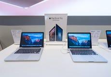 MacBooks som är pro- på den Suria KLCC gallerian, Kuala Lumpur Arkivfoton