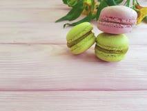 Maccherone Francia sul fiore di legno e gastronomico rosa di alstroemeria, romantico Fotografie Stock Libere da Diritti