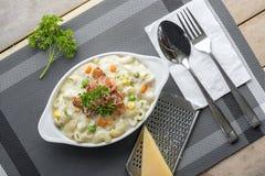 Maccheroni al forno e formaggio con parmigiano grattato a Fotografia Stock