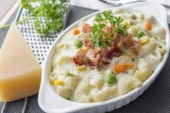Maccheroni al forno e formaggio con parmigiano grattato a Fotografia Stock Libera da Diritti