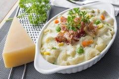 Maccheroni al forno e formaggio con parmigiano grattato a Immagini Stock