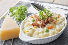 Maccheroni al forno e formaggio con parmigiano grattato a Fotografie Stock