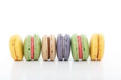 Maccheroni assortiti dei macarons di varietà in una fila Fotografie Stock Libere da Diritti