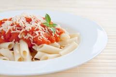Maccheroni con il pomodoro ed il formaggio immagine stock