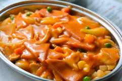 Maccheroni con la salsa di pomodori e del prosciutto per la prima colazione Fotografia Stock