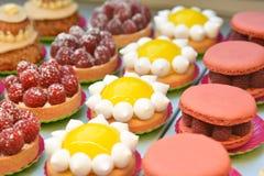Maccheroni del lampone e torta del limone Fotografie Stock