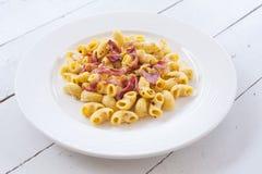 Maccheroni della pasta del bacon del formaggio fotografia stock libera da diritti