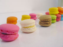 Maccheroni dolci pastelli su fondo bianco Fotografia Stock