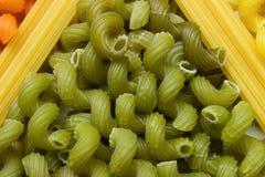 Maccheroni e spaghett colorati verde Fotografie Stock Libere da Diritti