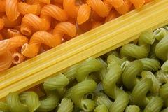 Maccheroni e spaghetti verdi ed arancioni Fotografia Stock
