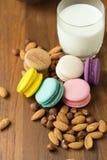 Maccheroni e tazza saporiti di latte con la mandorla su fondo di legno immagini stock libere da diritti