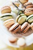 Maccheroni francesi casalinghi sul piatto, sul pistacchio, sul caffè e sul Va fotografia stock