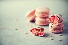 Maccheroni francesi rosa Macarons di colori pastelli con lo spazio della copia, vista superiore Feste e concetto di celebrazioni  Immagini Stock Libere da Diritti
