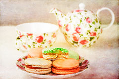 Maccheroni francesi tradizionali contro l'insieme di tè Immagini Stock