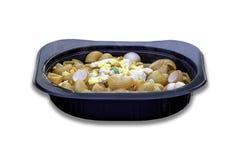 Maccheroni fritti con salsa al pomodoro e l'uovo in una tazza del nero su un fondo bianco con il percorso di ritaglio fotografia stock libera da diritti