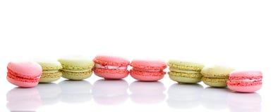 Maccheroni o macaron francesi dolci e colourful su fondo bianco Fotografia Stock