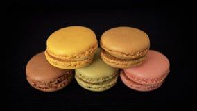 Maccheroni o macarons francesi tradizionali impilati, selezione dei colori differenti e sapori fotografia stock