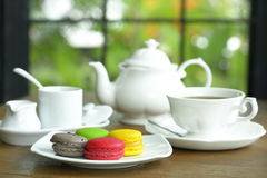Maccheroni variopinti con la tazza di tè Fotografia Stock Libera da Diritti