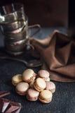 Maccheroni variopinti francesi Gusto del cappuccino, del cioccolato e del dado Atmosfera del caffè o del ristorante retro annata fotografie stock libere da diritti