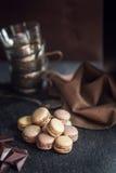 Maccheroni variopinti francesi Gusto del cappuccino, del cioccolato e del dado Atmosfera del caffè o del ristorante retro annata fotografie stock