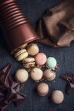Maccheroni variopinti francesi Gusto del cappuccino, del cioccolato e del dado Atmosfera del caffè o del ristorante retro annata immagini stock
