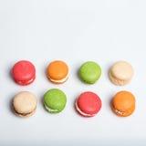Maccheroni variopinti isolati su bianco con spazio per testo Dessert francese tradizionale Vista superiore, disposizione piana Immagini Stock