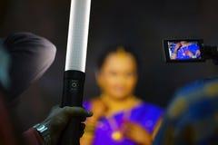 Macchi la luce portatile usata acceso soltanto il fronte della persona immagine stock