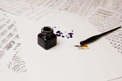 Macchia dell'inchiostro disegnata con una penna su uno strato di Libro Bianco con il calamaio fine della cancelleria e della macc fotografia stock