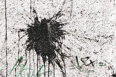 Macchia nera allo stucco bianco Fotografie Stock Libere da Diritti