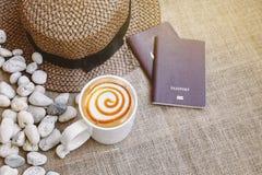 Macchiato карамельки latte кофе с шляпой пасспорта и weave, путешествующ концепция с космосом экземпляра или космосом текста Стоковые Фото