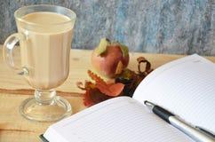 Macchiato del latte del café con crema en vidrios en el fondo de la ventana, DOF bajo imagen de archivo libre de regalías