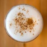Macchiato del Latte con cannella sulla tavola di legno Fotografia Stock
