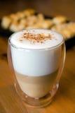 Macchiato del Latte nel vetro con i biscotti Fotografia Stock