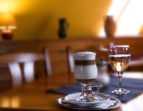 Macchiato italiano tradizionale con caramello in caffetteria Fotografie Stock