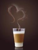 Macchiato van Latte met stoom in hartvorm Royalty-vrije Stock Foto